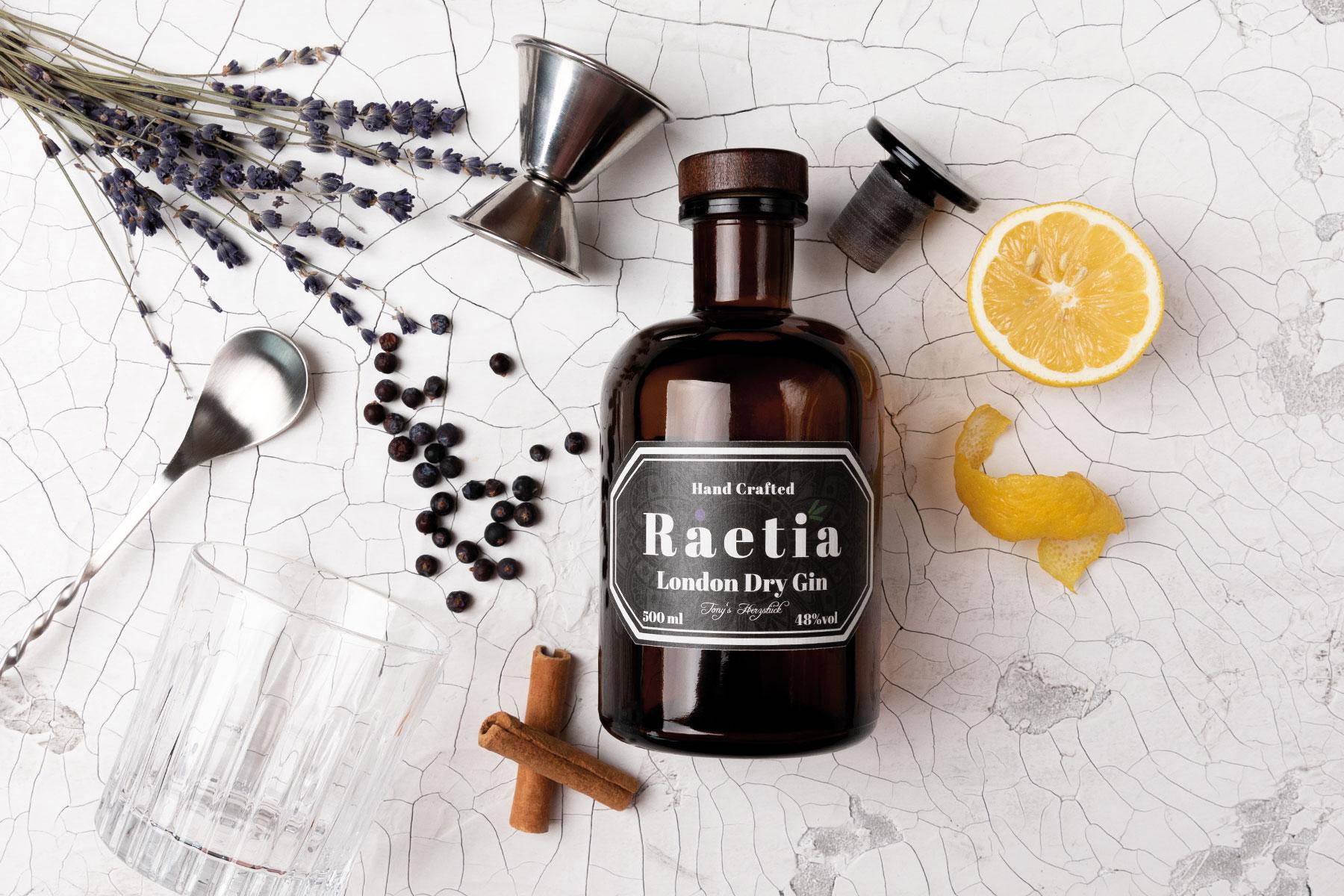 Finegeist-Produktfotografie-Gin-Flasche-Botanicals