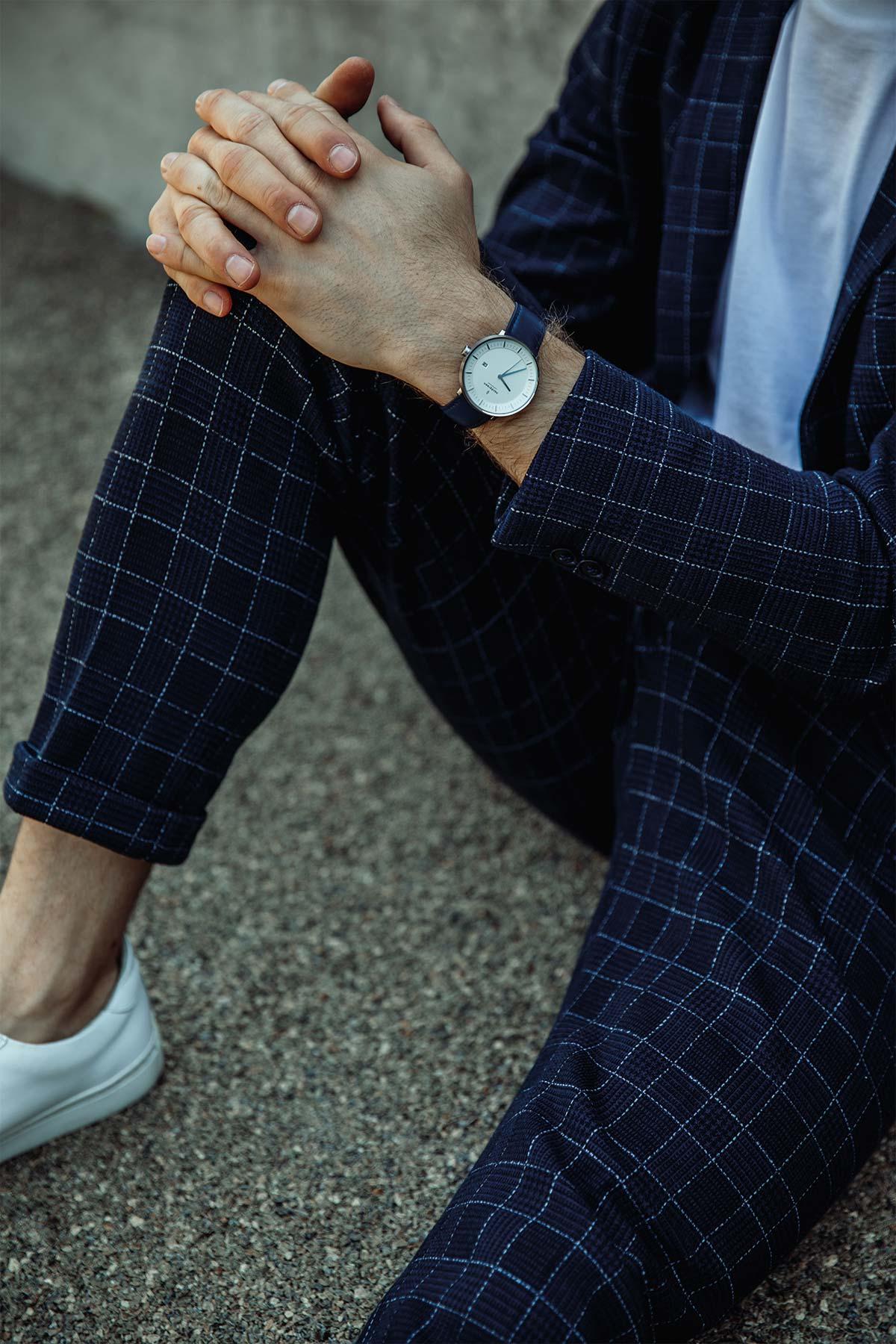 Mann-Anzug-Handgelenk-Uhr-Sitzen-Beton