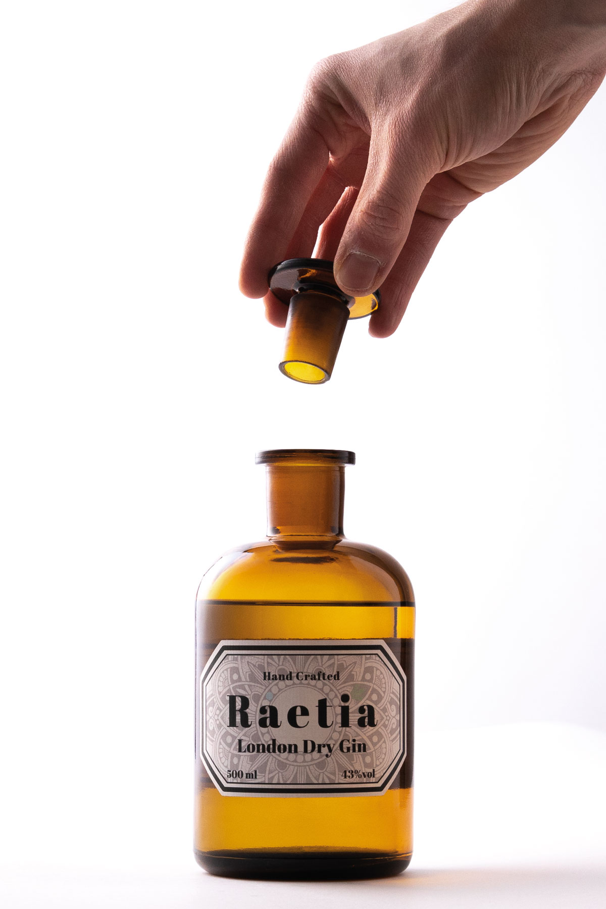 Produktfotografie-Fotograf-Flasche-Gin-Hand