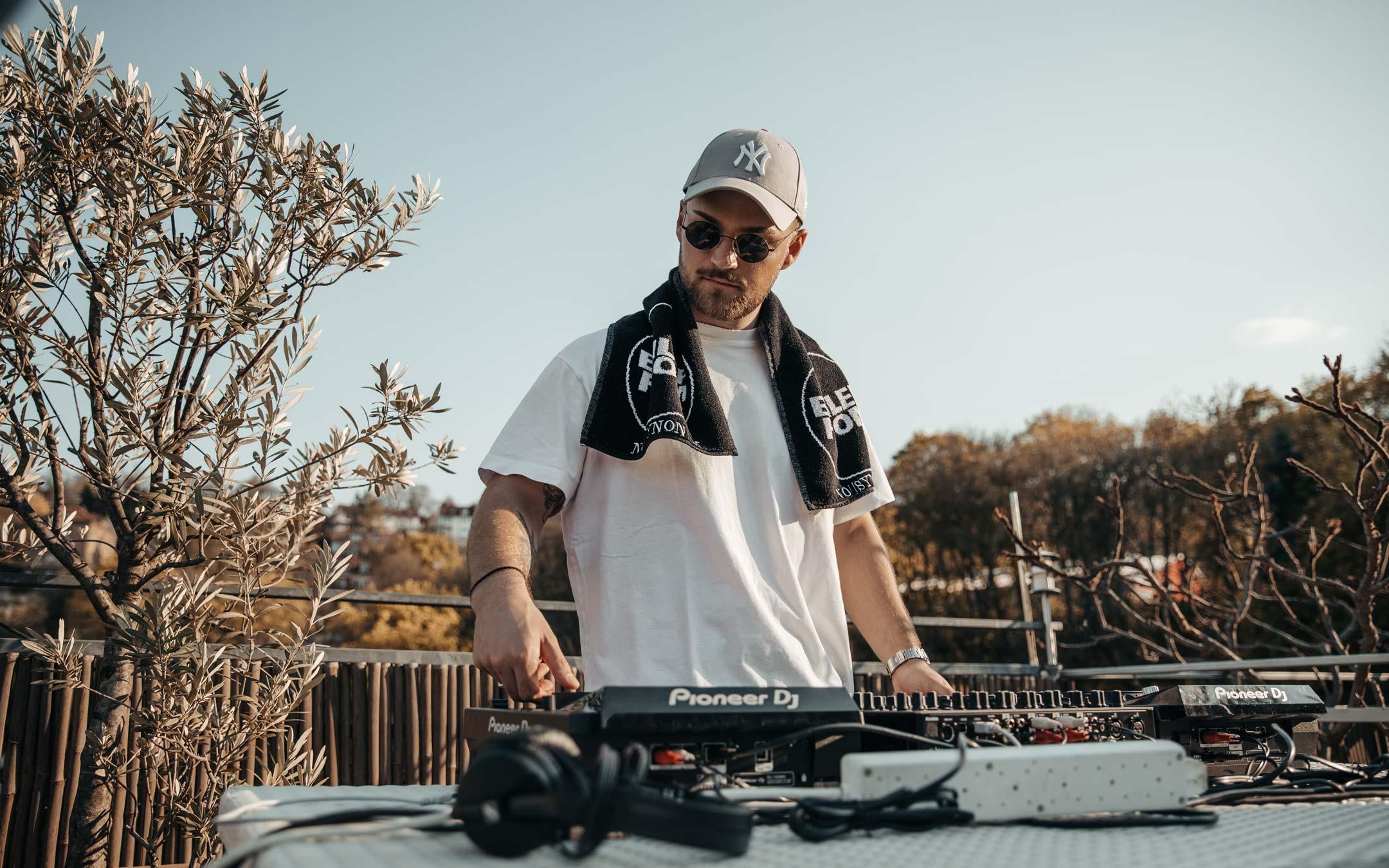 DJ-Rooftop-Live-Set-Pioneer-DJ-Videoproduktion-No_Synonym-Stuttgart-Mischpult